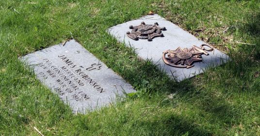 Robinson's fully marked grave. Photo by Chris White